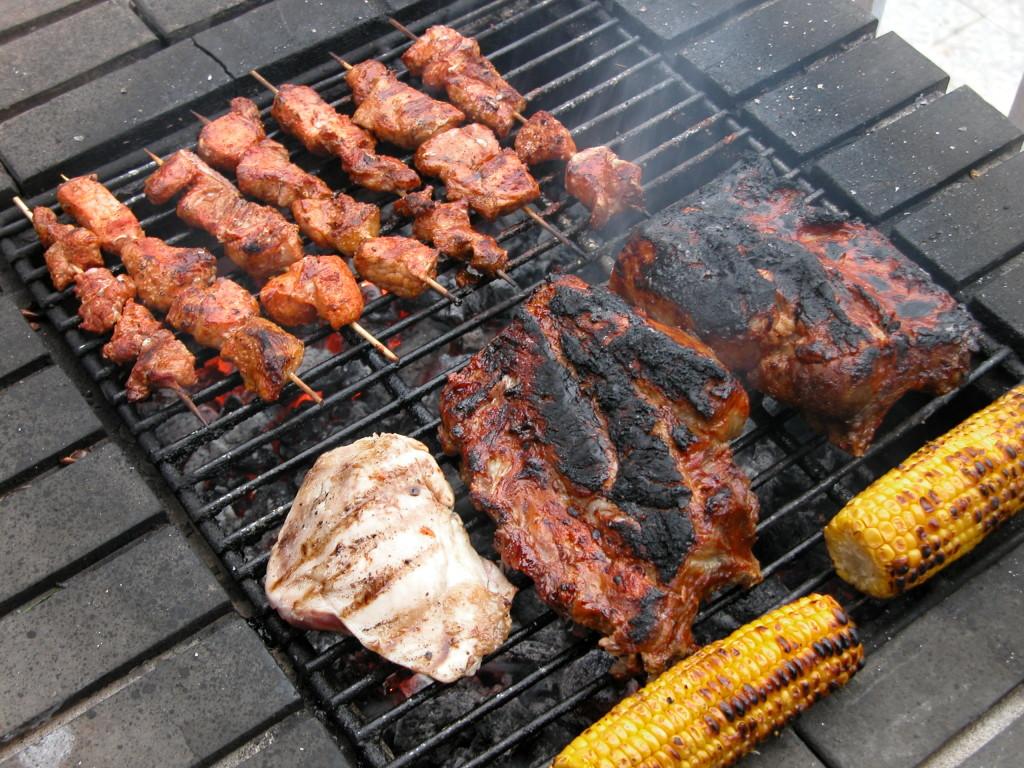 Шашлык, стейки и овощи на гриле в гастробаре Кинь Грусть